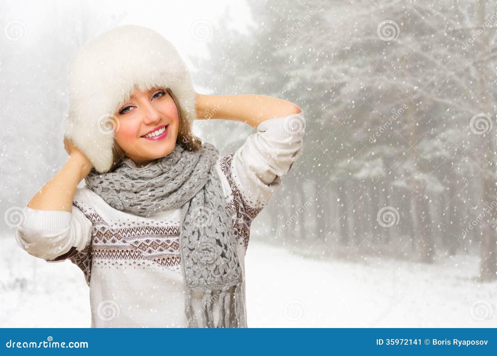 Chica joven en el bosque nevoso