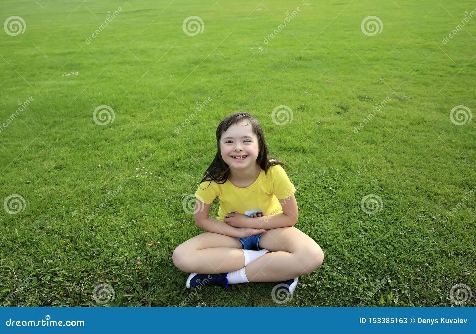 Chica joven en el fondo de la hierba verde