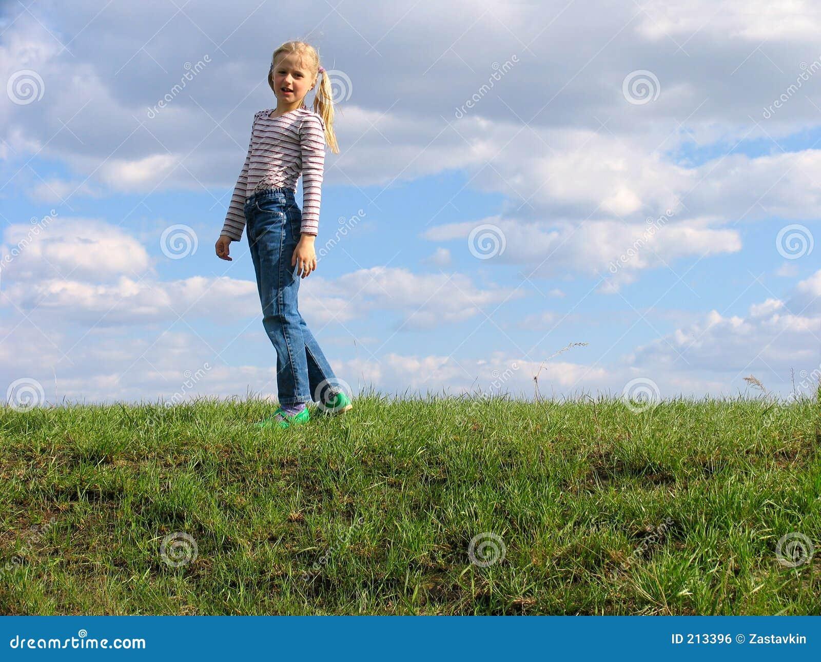 Chica joven en hierba
