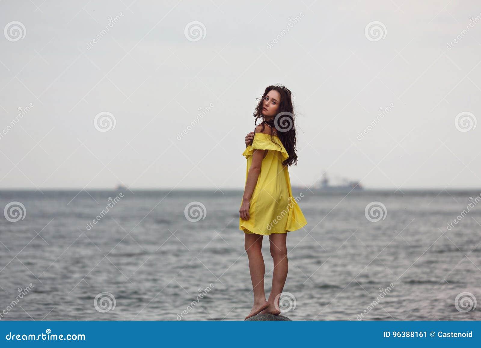 Chica joven en la playa