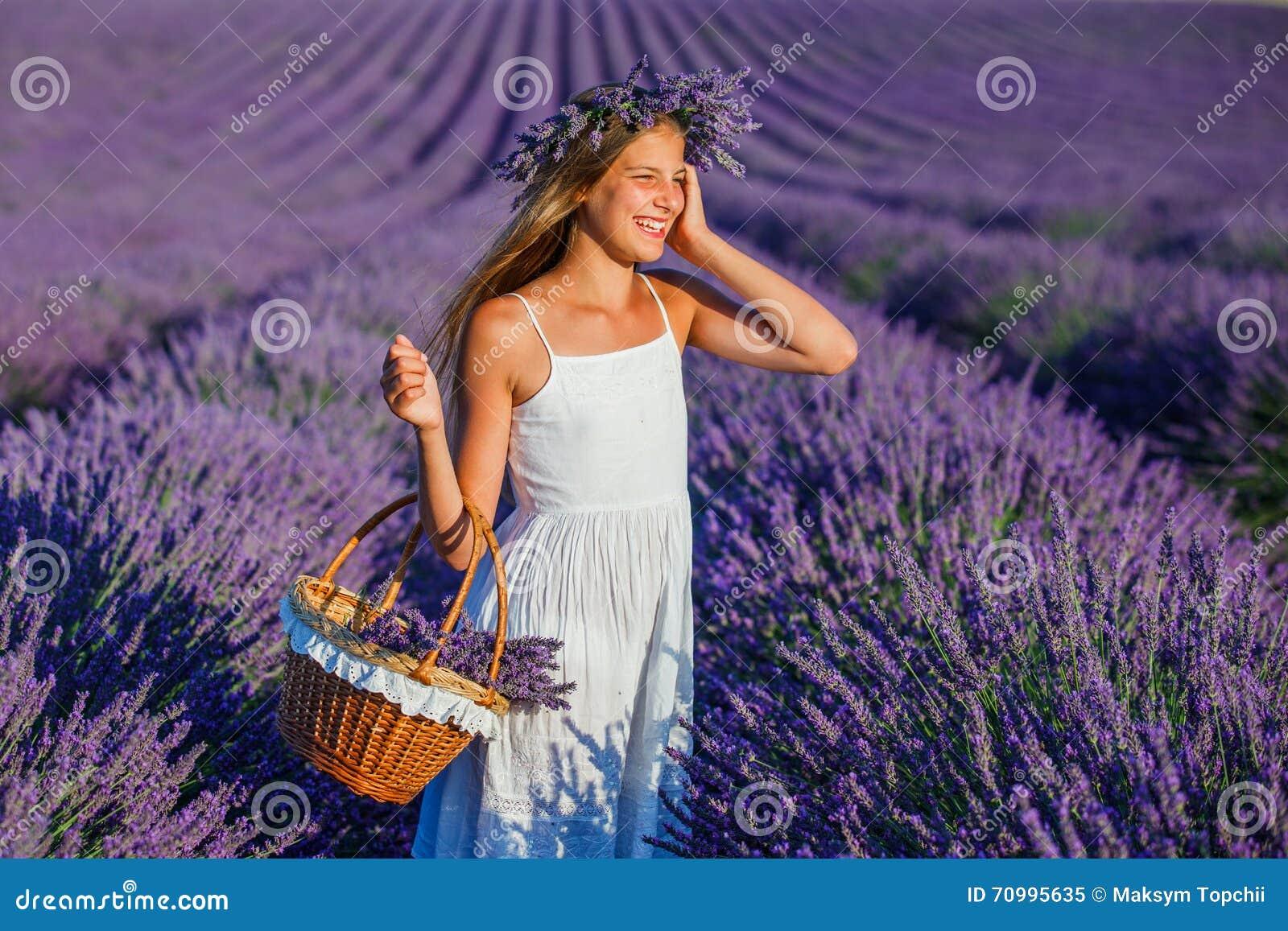 Chica joven en los campos del lavander