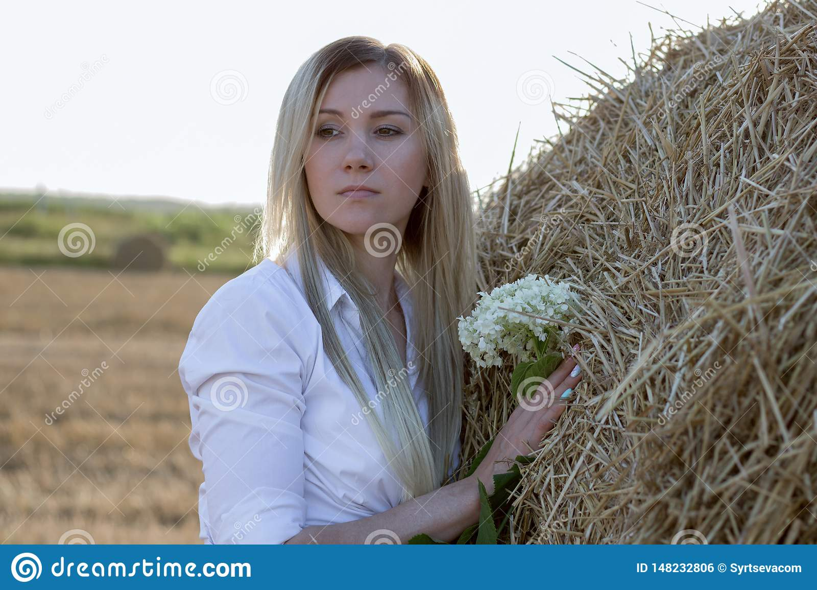 Chica joven en naturaleza con las flores