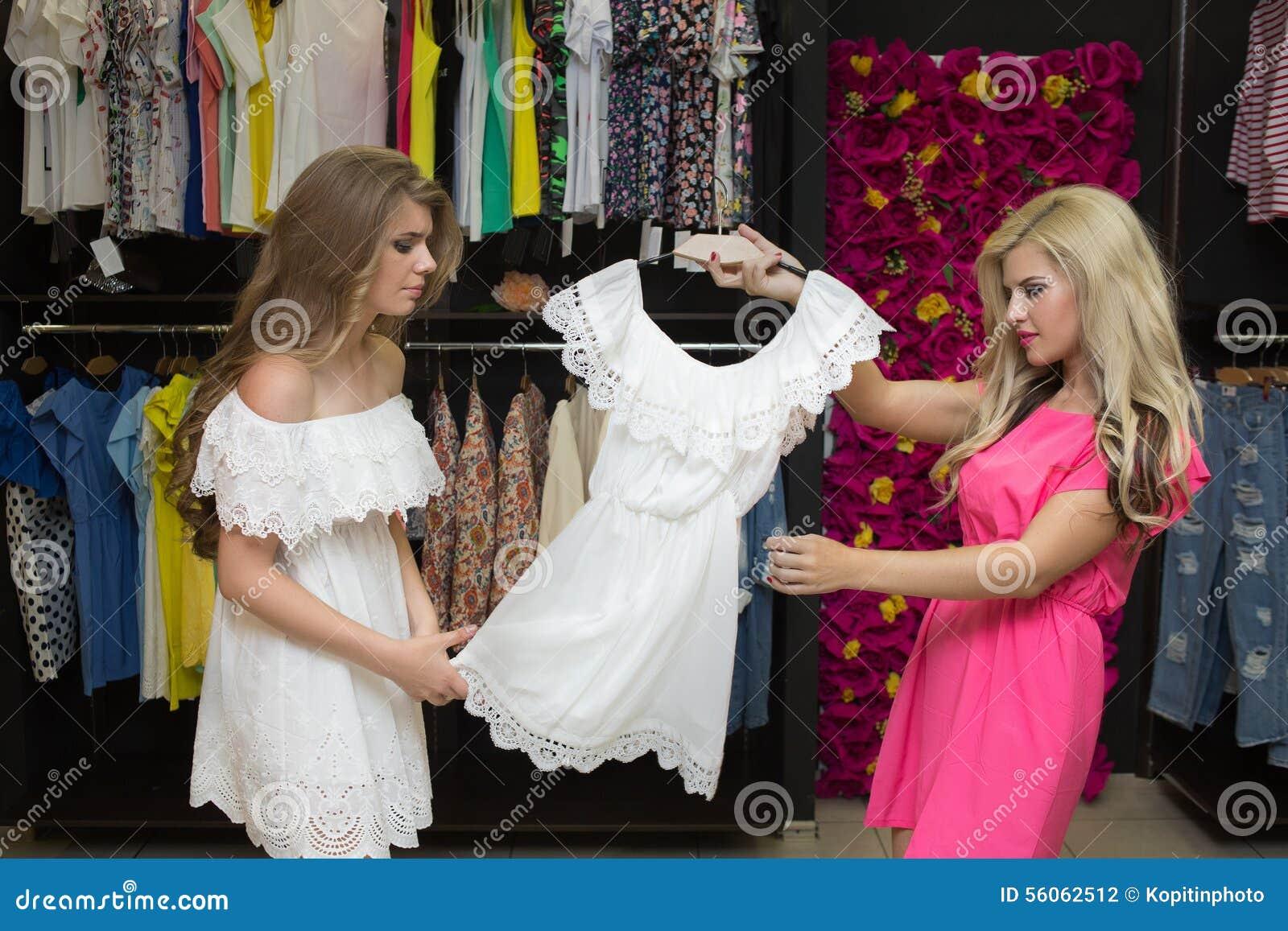 Chica Joven En Ropa De Una Compra De Tienda Foto de archivo - Imagen ... 27fd33507e47