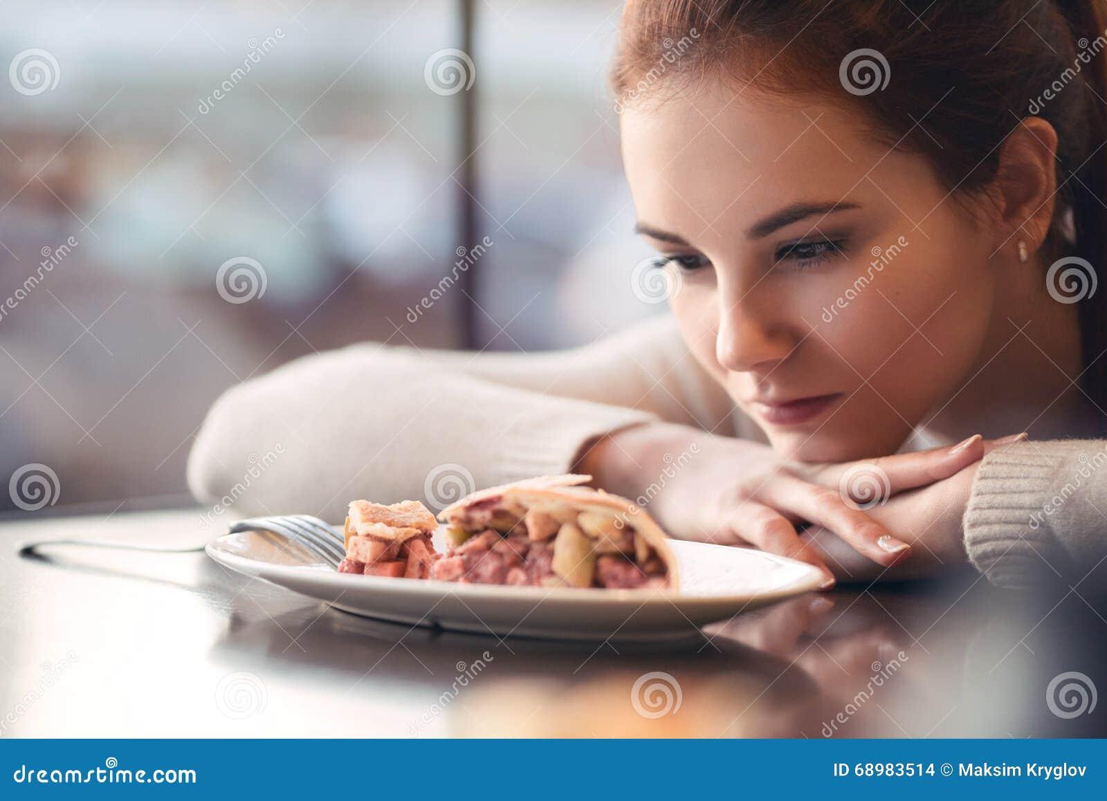 Chica joven en un café acogedor