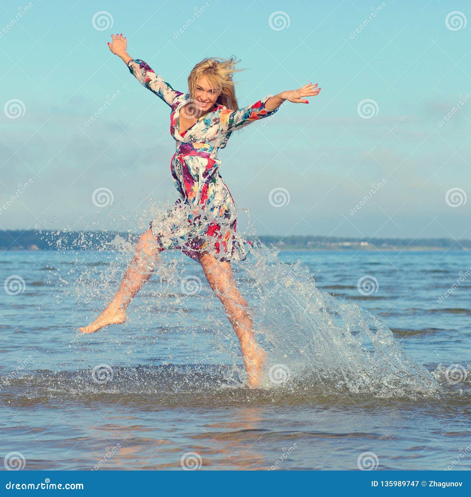 Chica joven hermosa en el mar