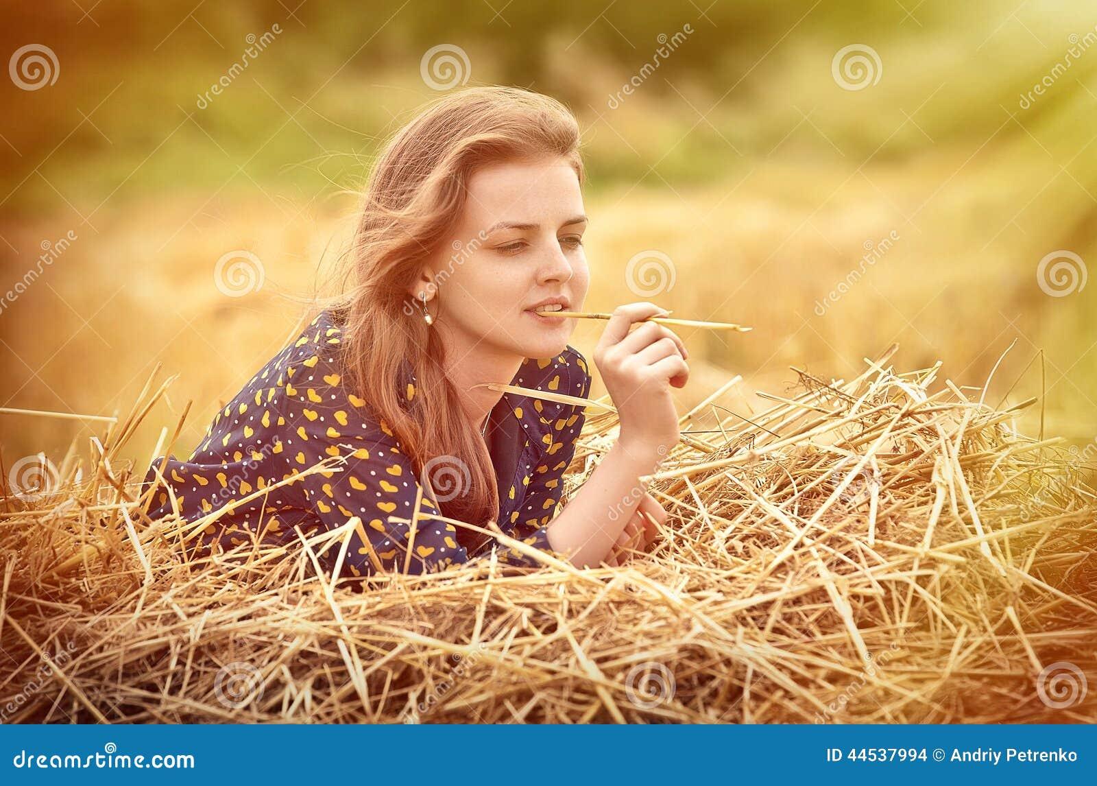 Chica joven hermosa en el prado