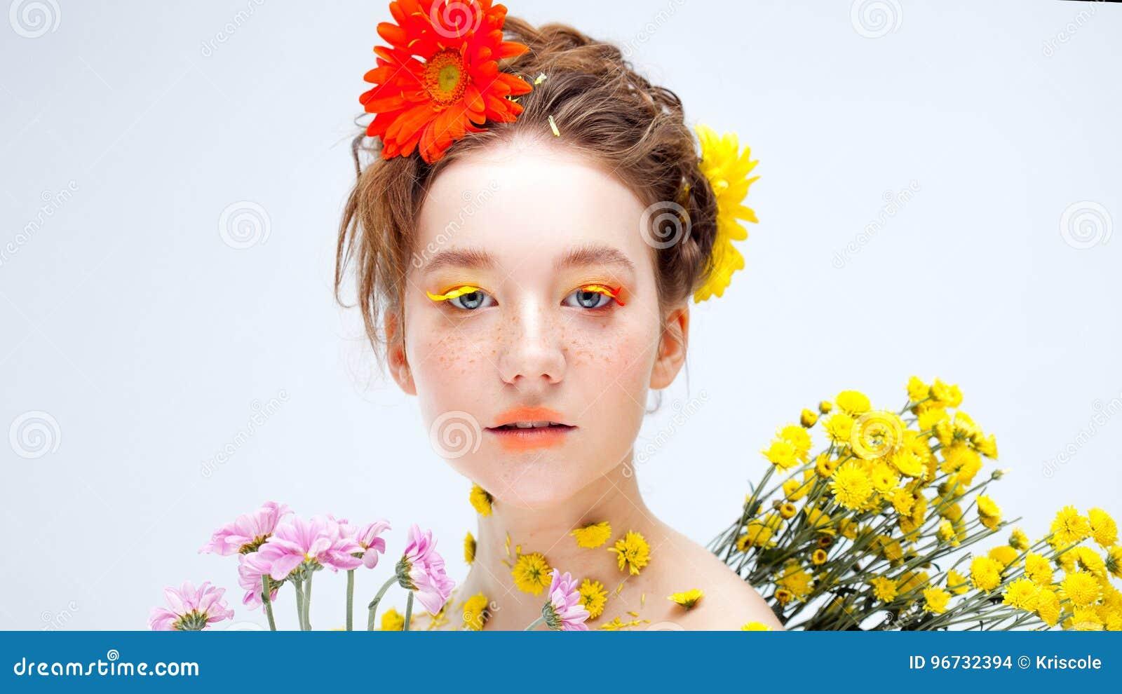 Chica joven hermosa en la imagen de la flora, retrato del primer