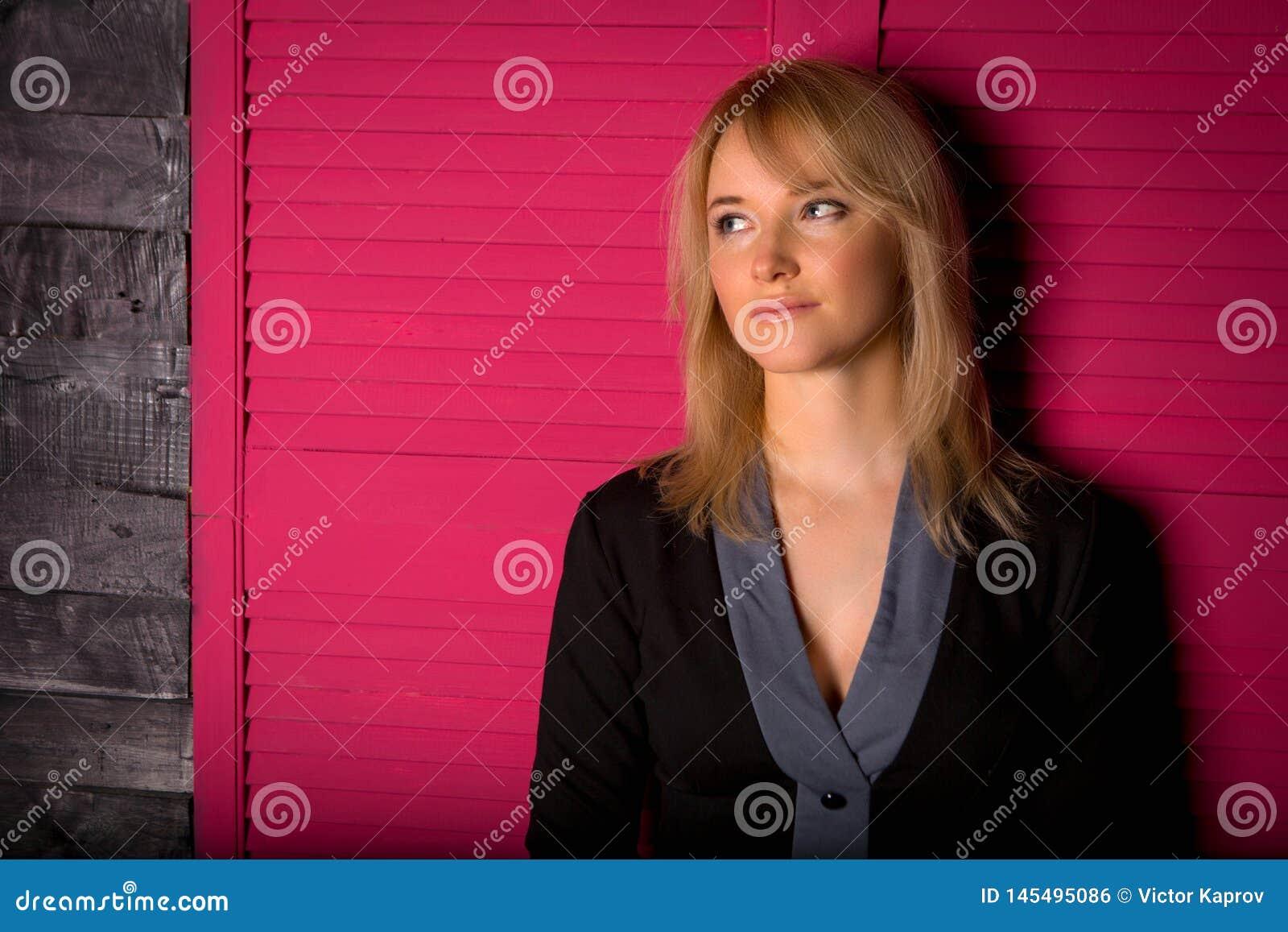 Chica joven hermosa en un traje de negocios