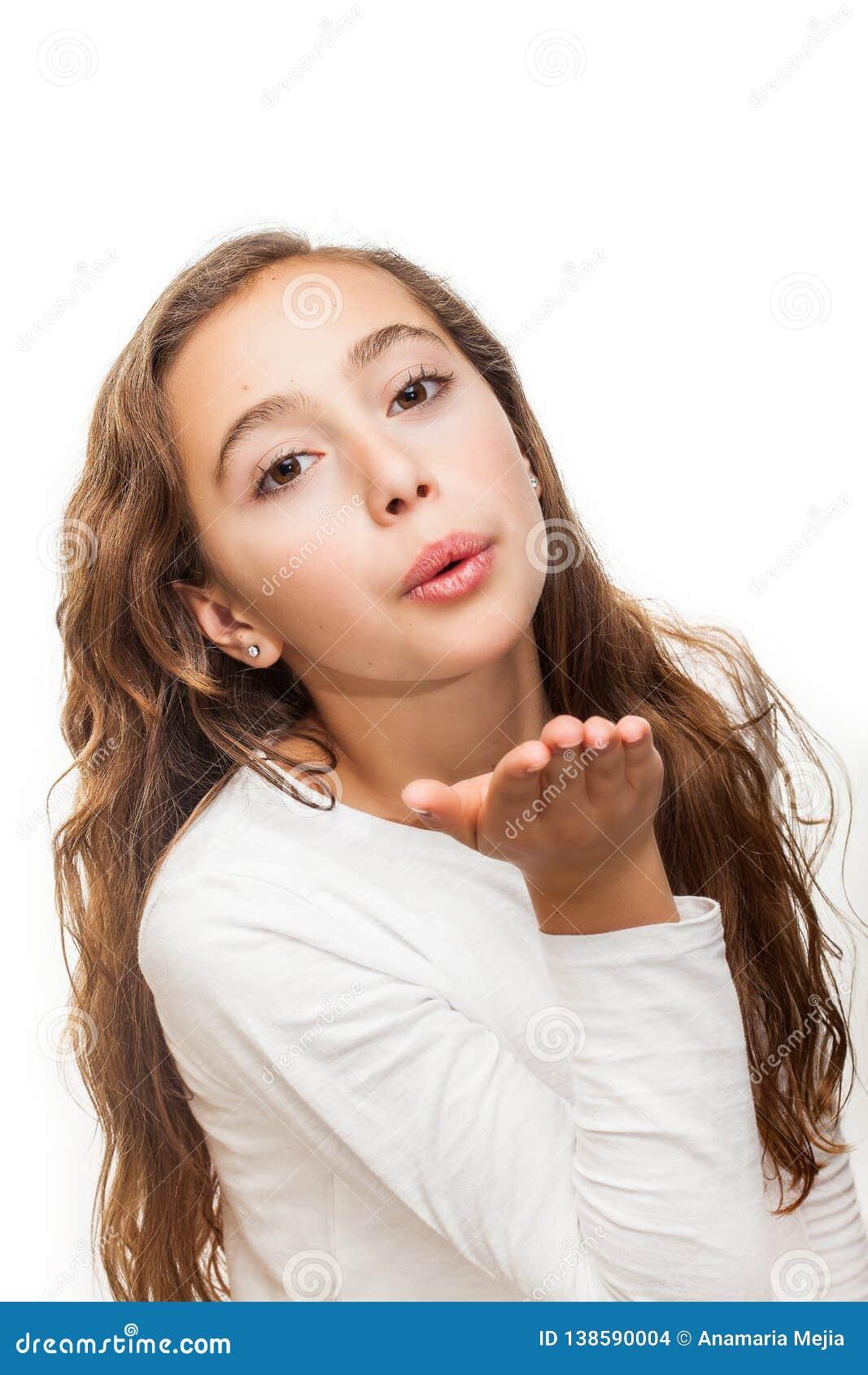 Chica joven que sopla un beso a la cámara aislado