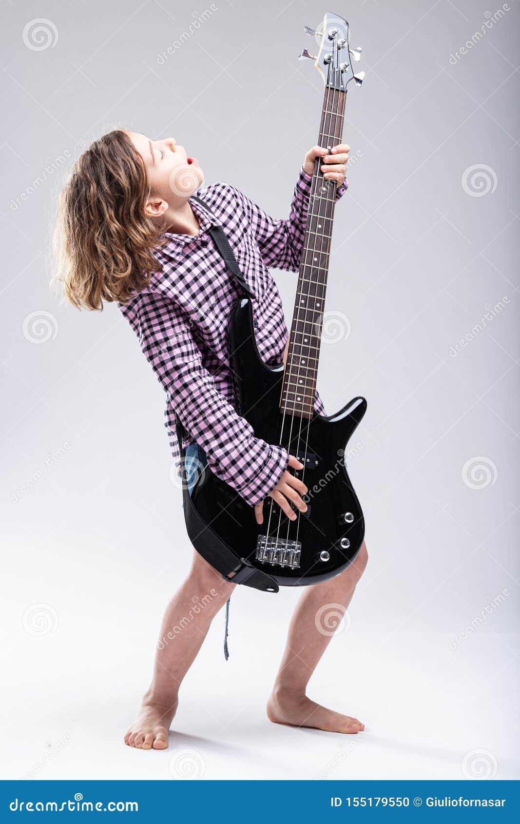 Chica joven que toca la guitarra eléctrica y que canta