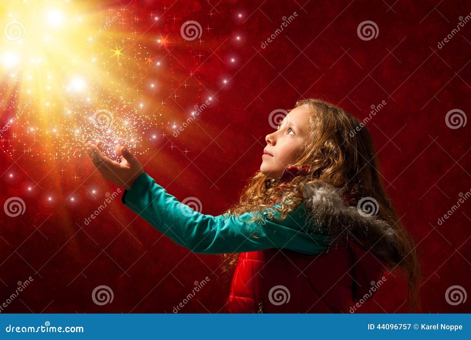 Chica joven que toca las estrellas