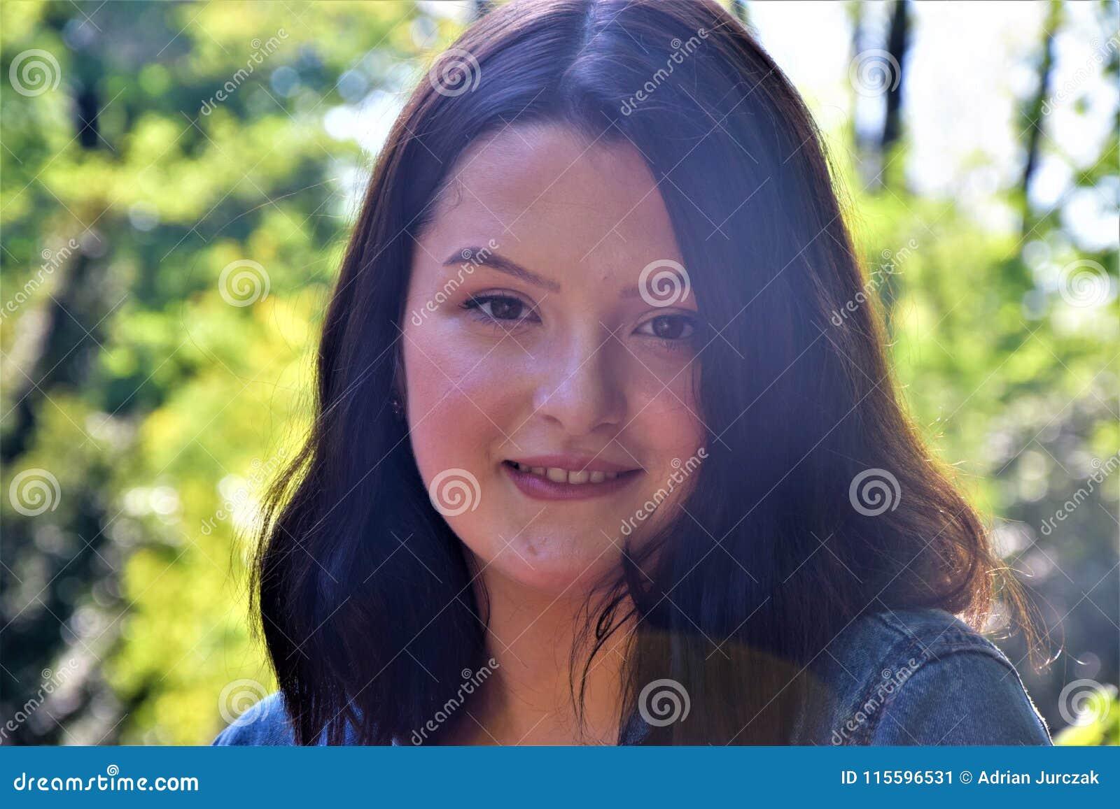 Chica joven sensual que muerde su labio