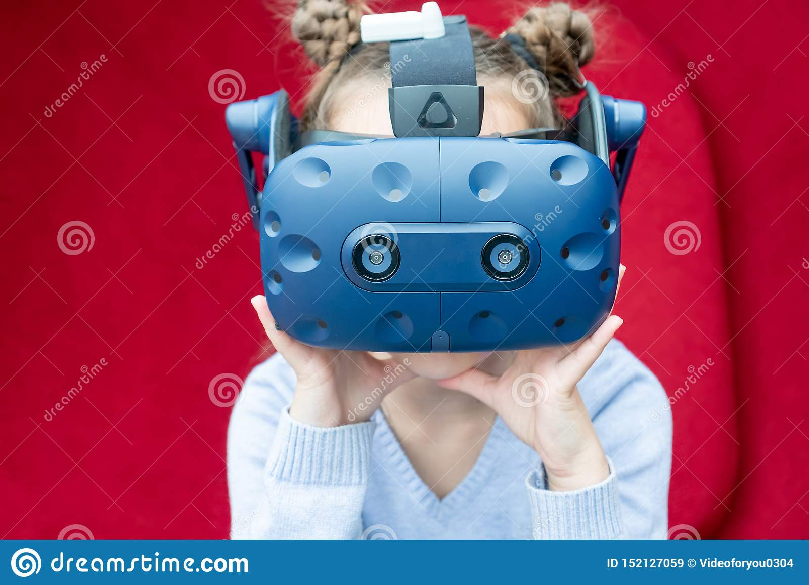 Chica joven sorprendente que experimenta realidad virtual con auriculares de VR en la cabeza