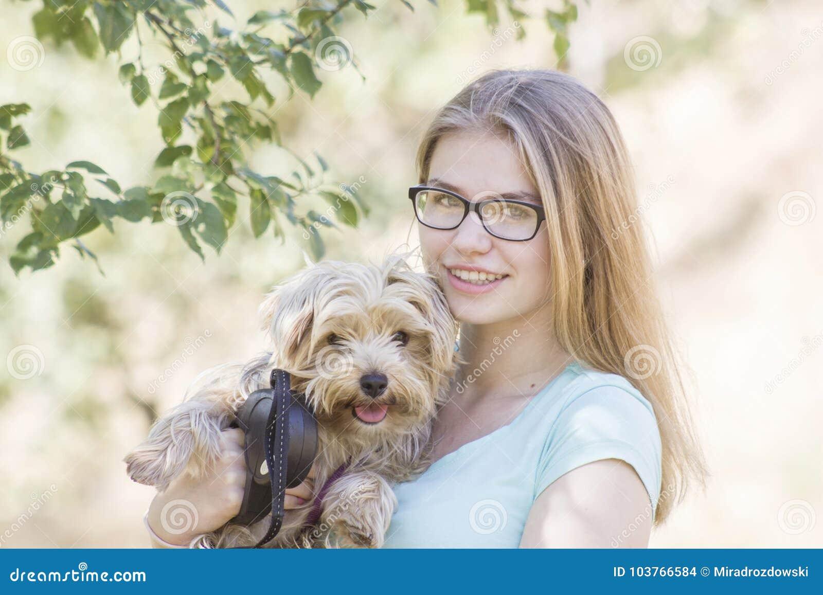 Chica joven y su perro