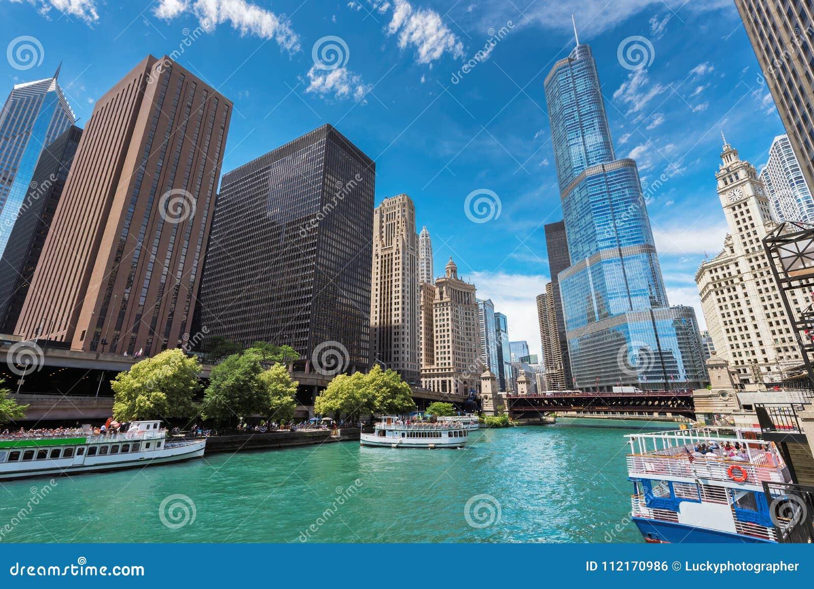 Chicago horisont, skyskrapa och flod på den soliga dagen