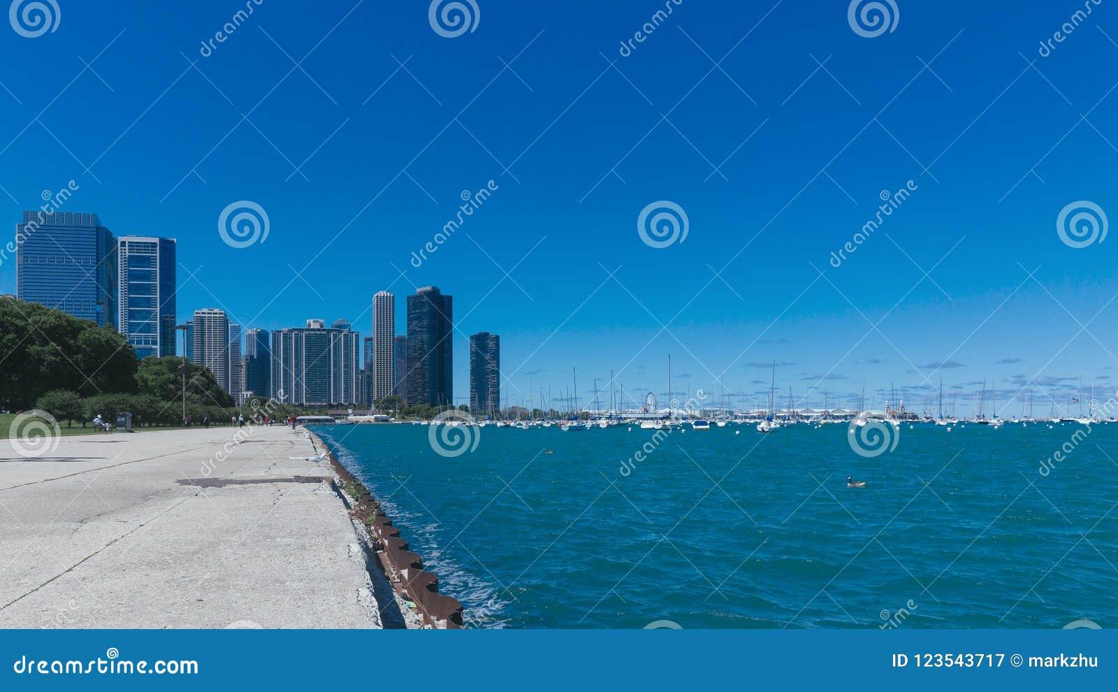 Chicago horisont vid Lake Michigan med yachter