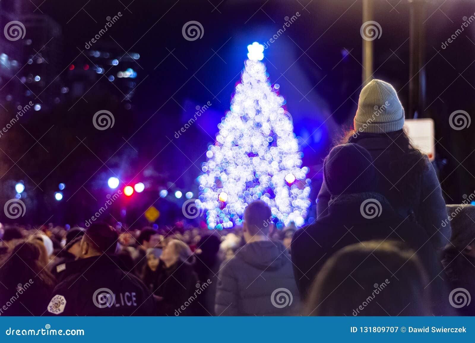 Chicago, IL, Stati Uniti - 16 novembre 2018: Coppie che esaminano un albero di Natale dopo il 105th albero di Natale annuale di C