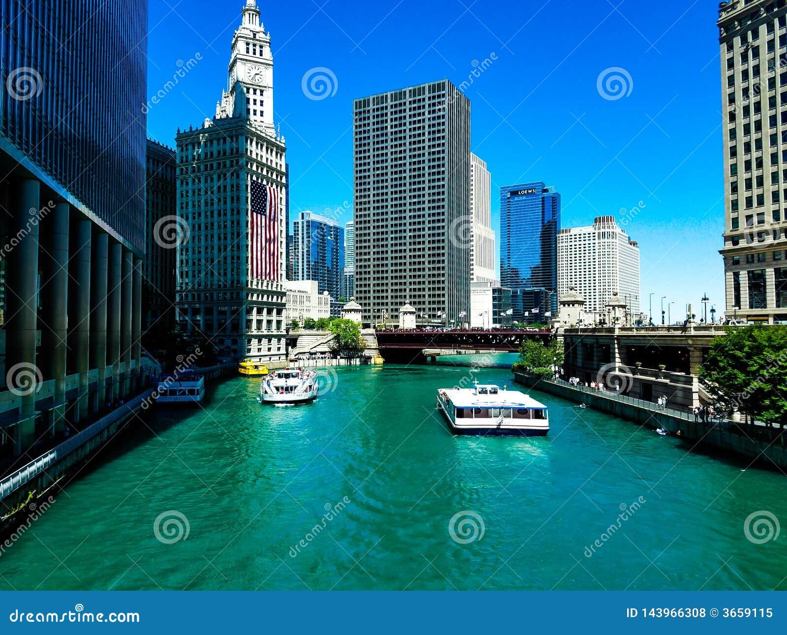 Chicago, Illinois, de V 07 06 2018 Wrigley de bouw met grote Amerikaanse vlag op 4 Juli-week op Rivier watefront