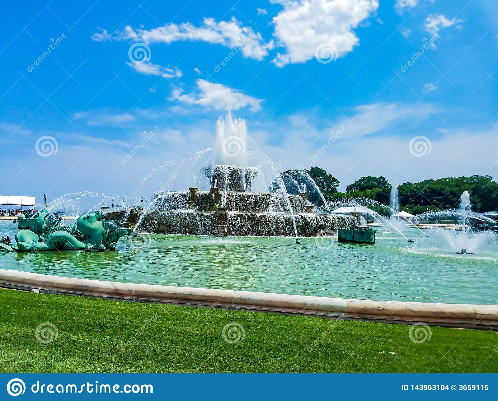 Chicago, Illinois, EUA 07 05 2018: Clarence Buckingham Fountain em Chicago com o céu azul no fundo