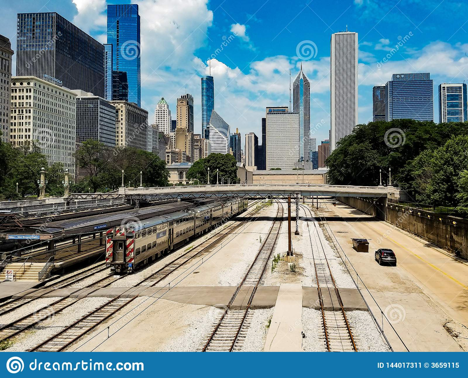 Chicago, Illinois, USA 07 05 2018 Chicago krajobraz z pociągiem na linii kolejowej i samochodach na drodze w przodzie
