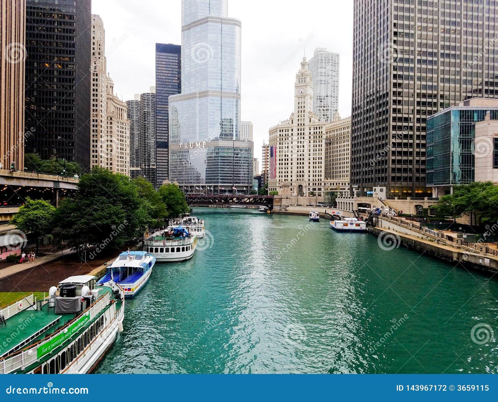 Chicago, Illinois, USA 07 05 2018 Trumpf-Turm, Wrigley-Gebäude mit großer Flagge, Flussufergegend 4. Juli Woche