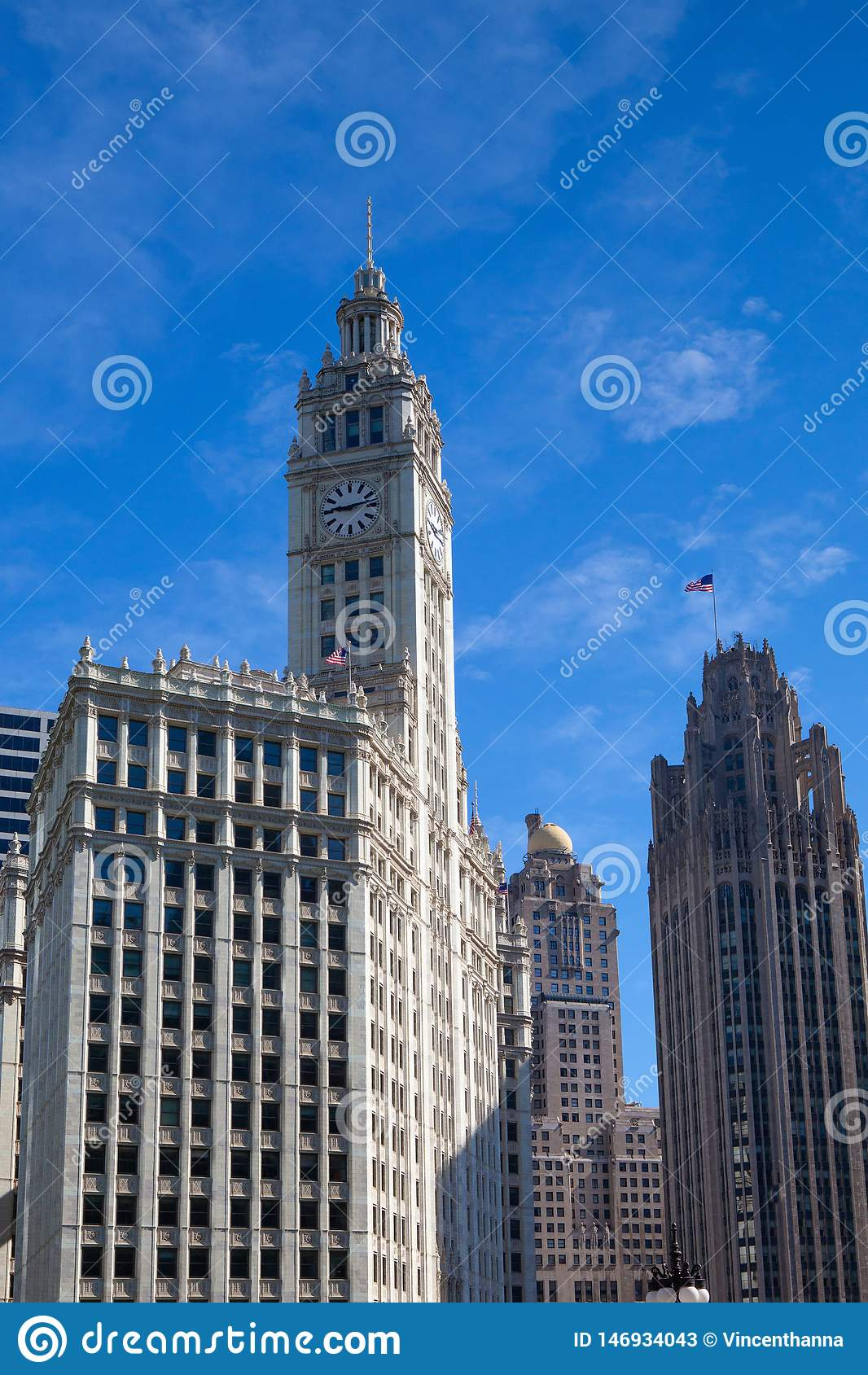 CHICAGO - JULI 13: Wrigley byggnad i Chicago p? Juli 13, 2013 Den Wrigley byggnaden är en skyskrapa med två tornsöder