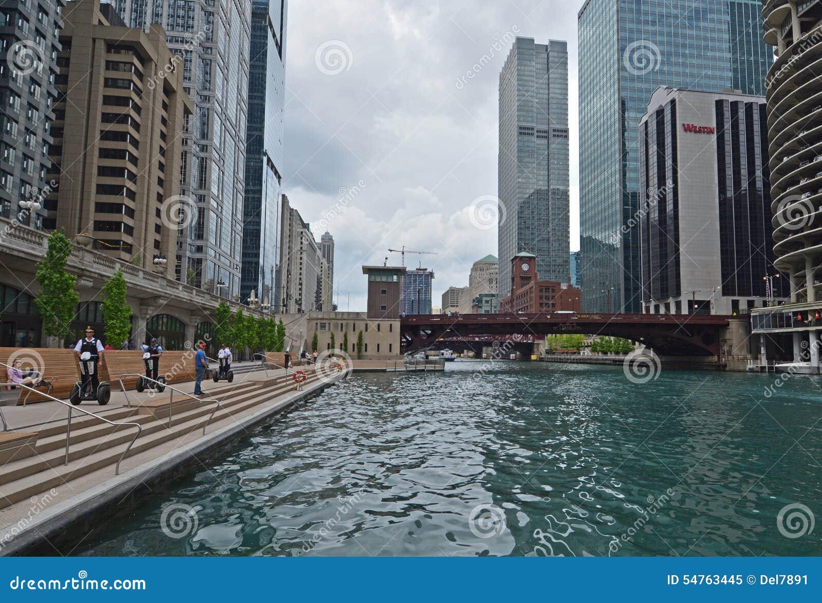 Chicago policja jedzie na Segways na Riverwalk