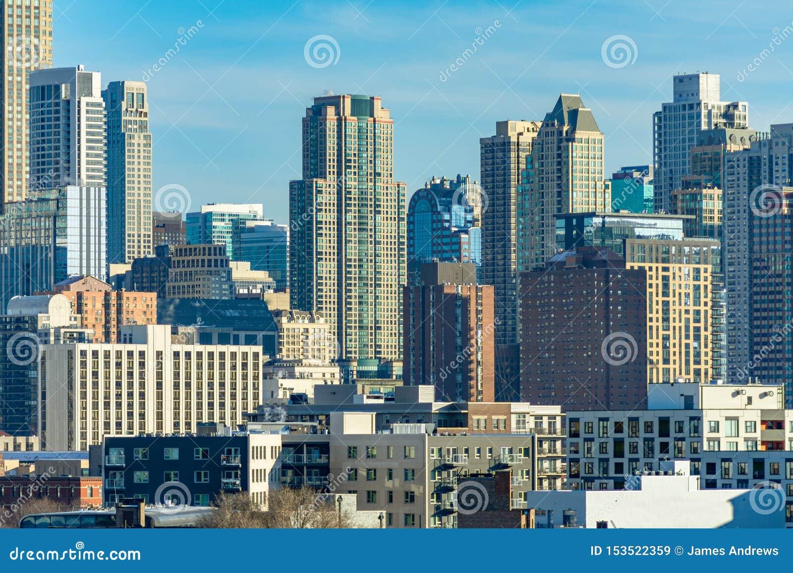Chicago-Skyline-Szene mit Gebäuden im Fluss-Norden