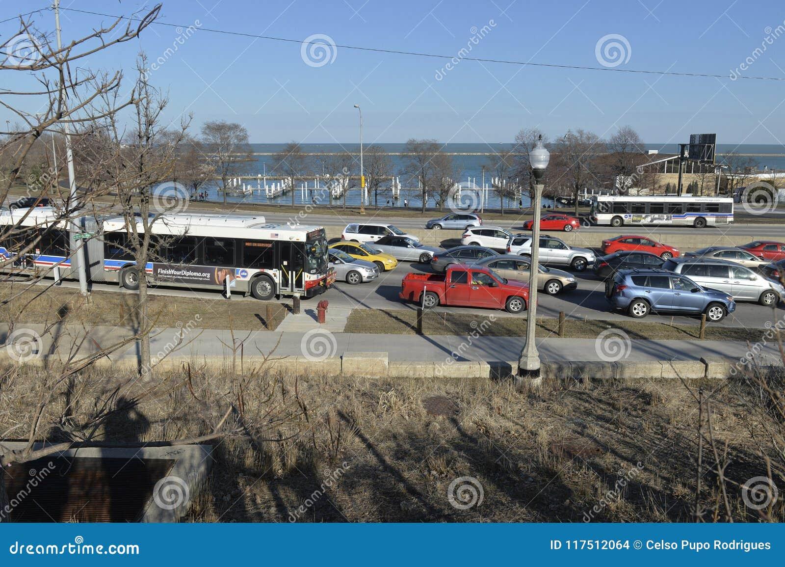 Chicago-Verkehr in einem freway am Seeufer