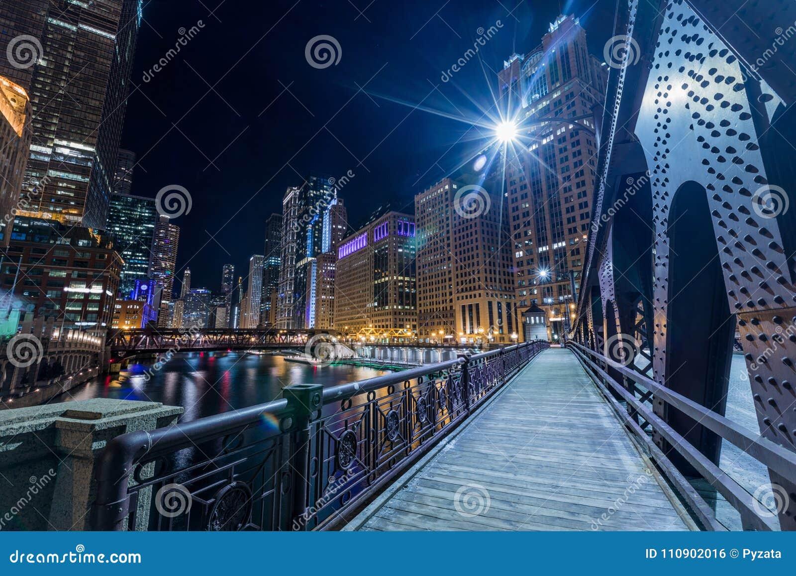 Chicagowski śródmieście iluminujący widok rzeką