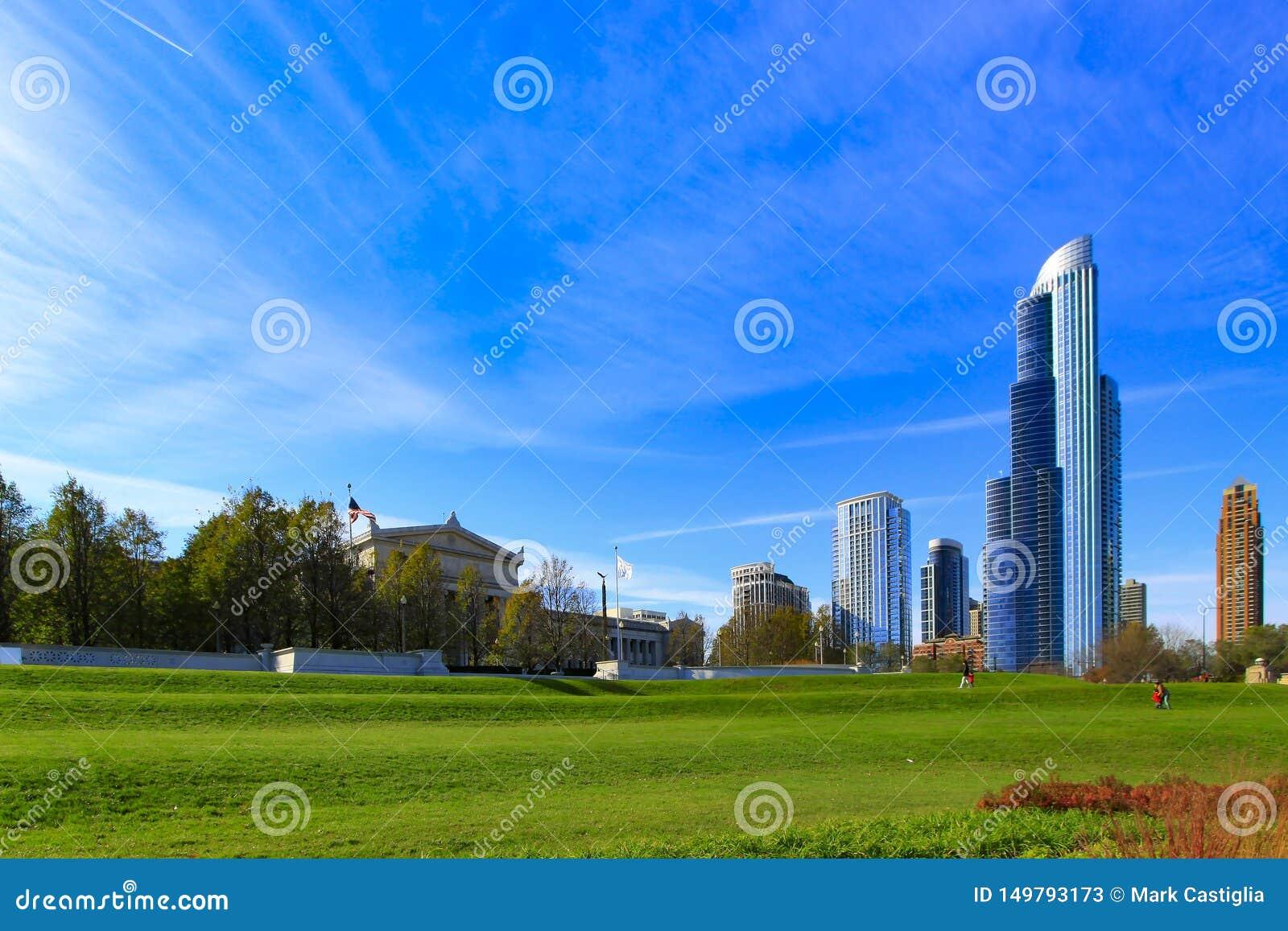 Chicagowski linia horyzontu z jasnym niebieskim niebem od południe