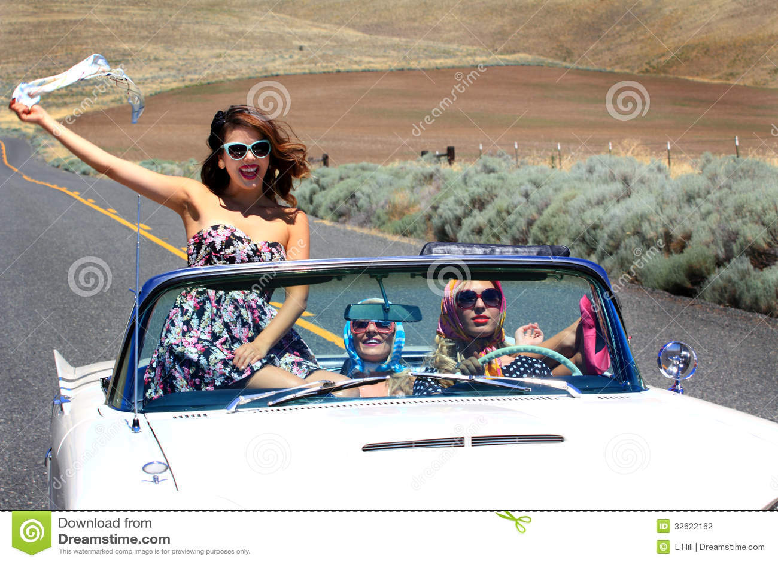 Chicas marchosas en convertible