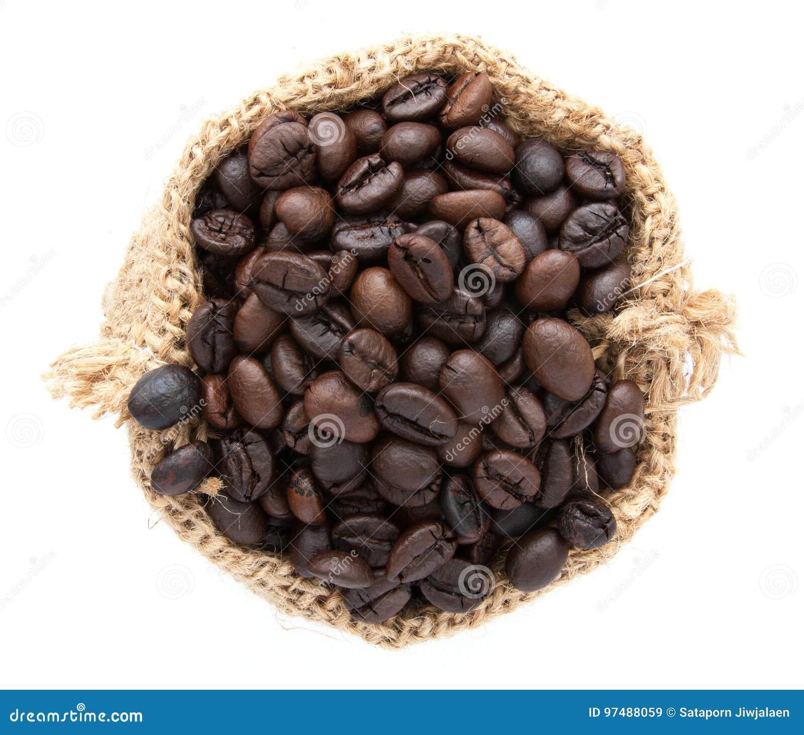 Chicchi di caffè in borsa isolata su bianco