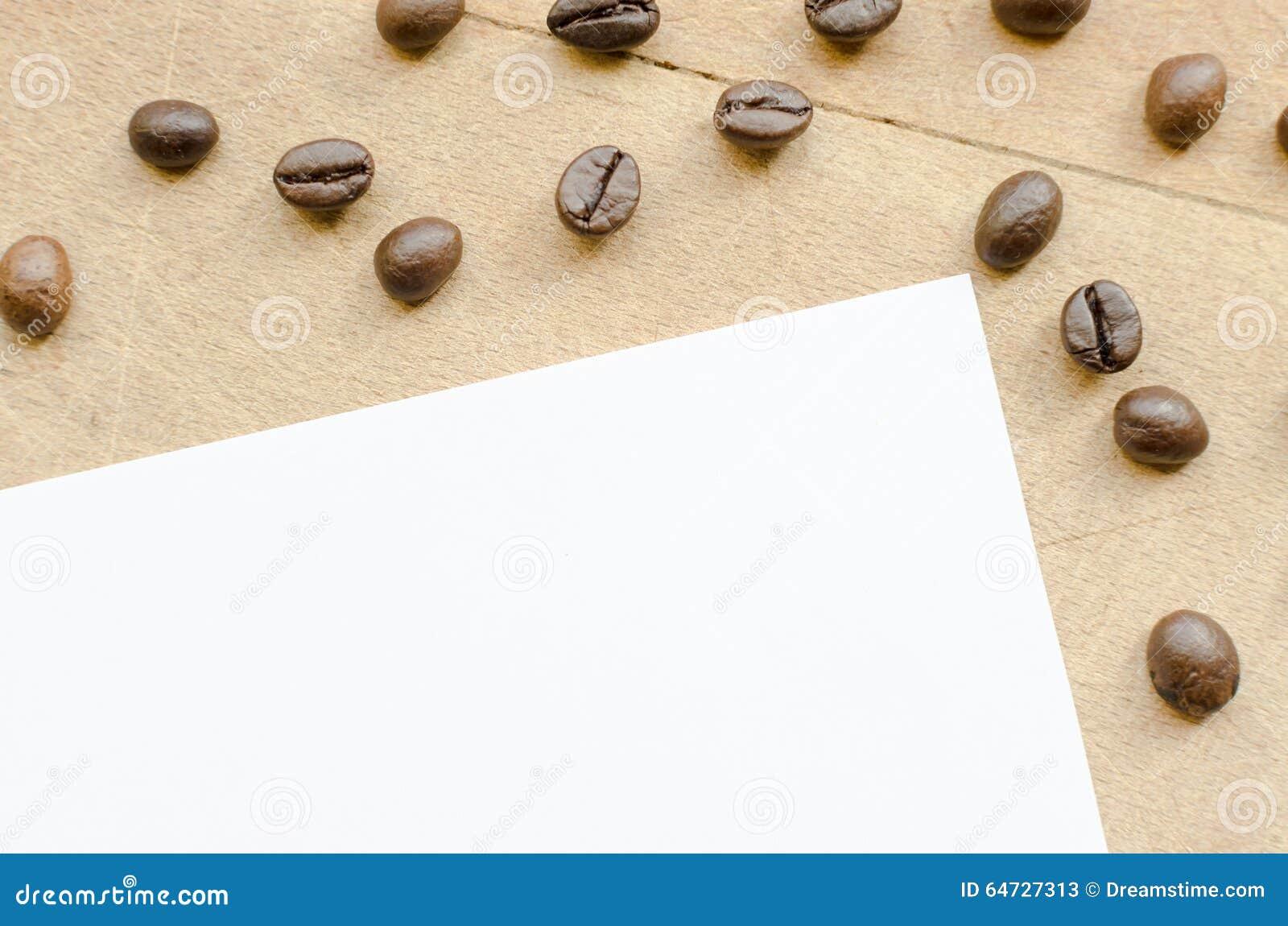 Chicchi di caffè su una tavola