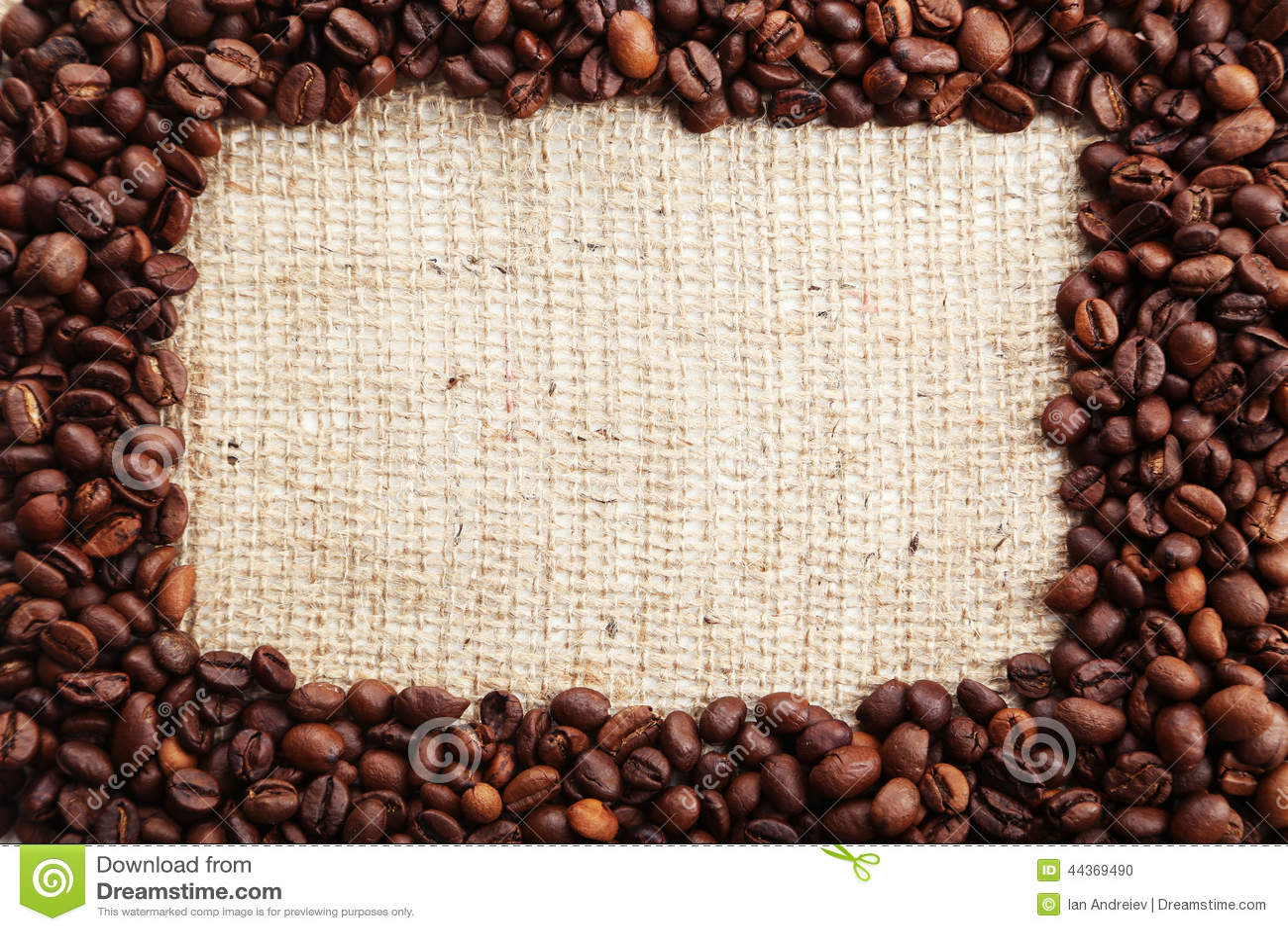 Chicchi di caffè sul sacco della tela da imballaggio