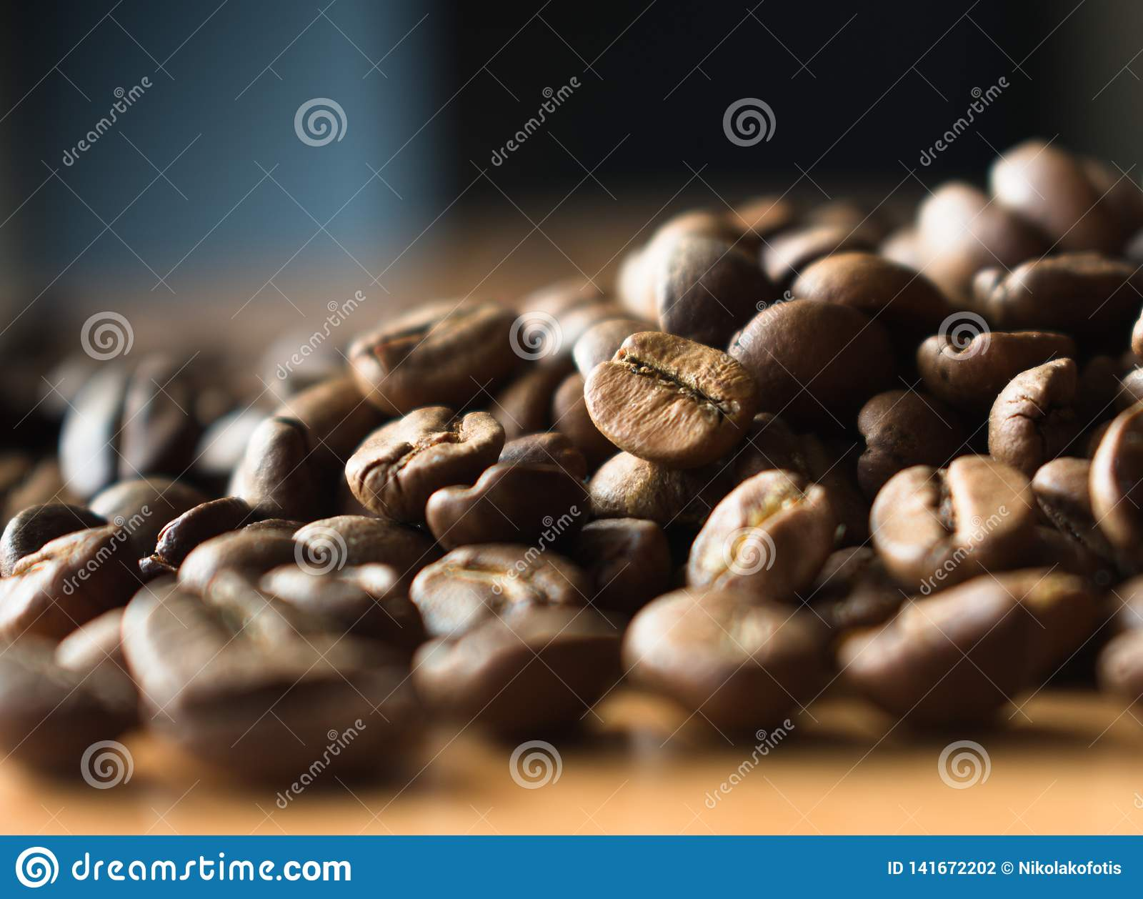 Chicchi di caffè sulla tavola