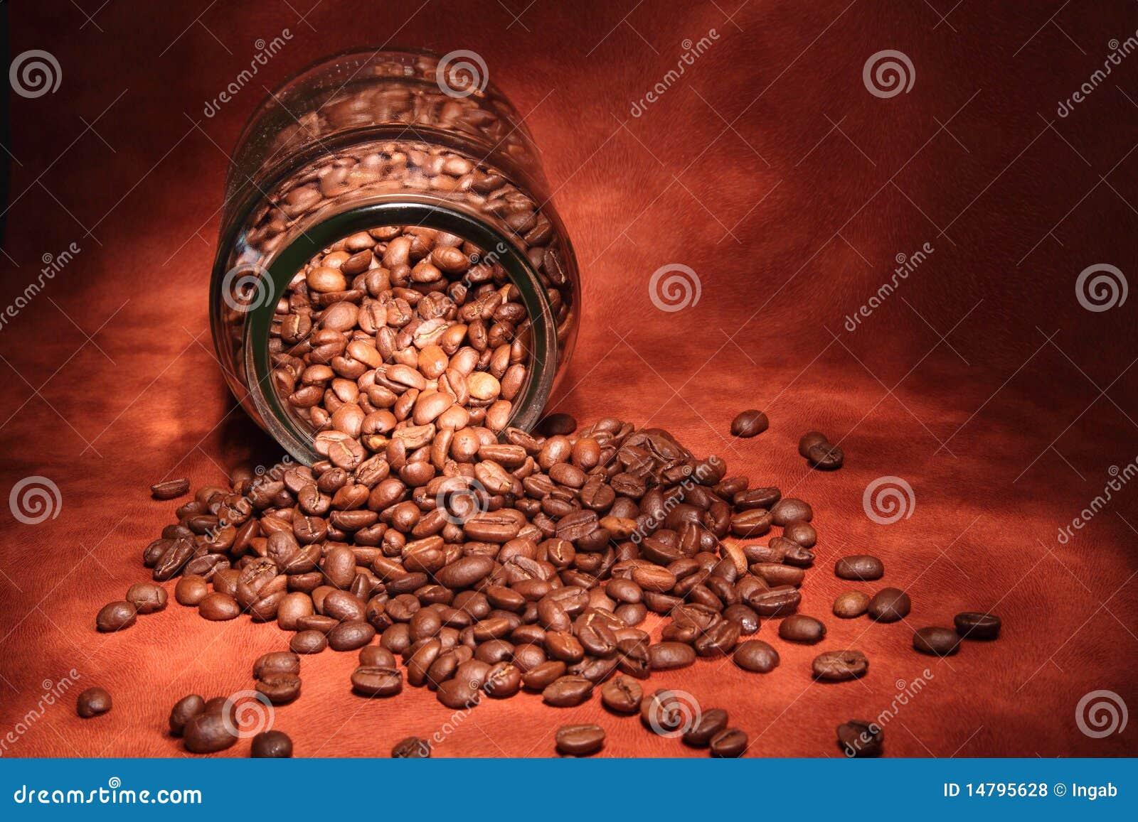 Chicchi di caffè in un vaso di vetro