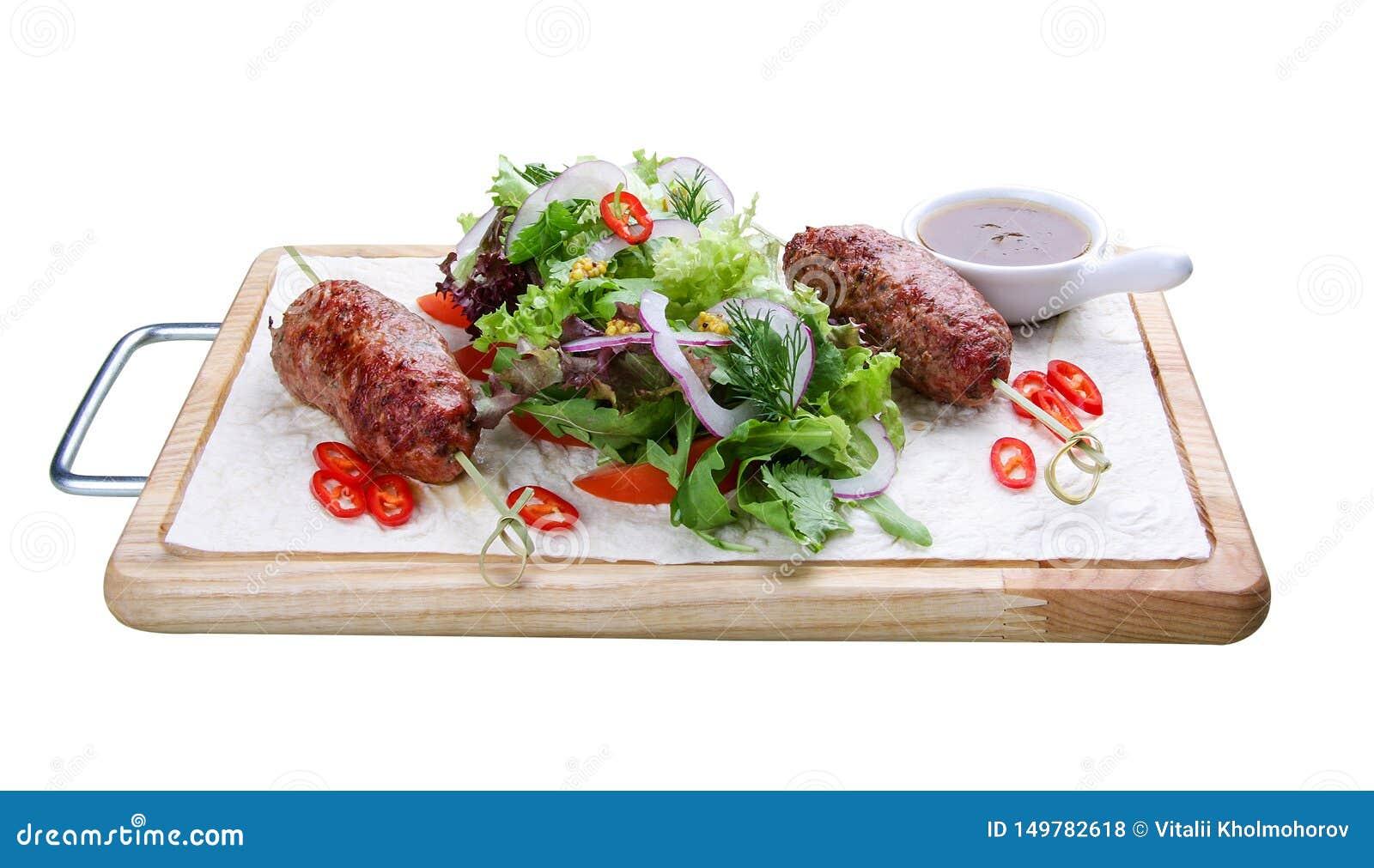 Chiche-kebab d agneau avec la salade mixte sur un conseil en bois