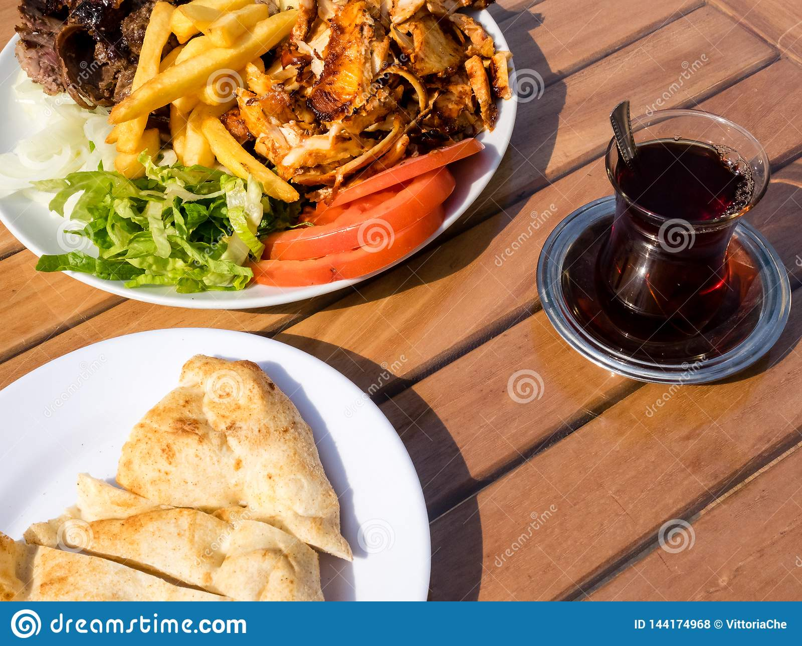 Chiche-kebab de Doner du plat avec des pommes frites, des tomates, l oignon et la salade Viande grillée de poulet et d agneau ave