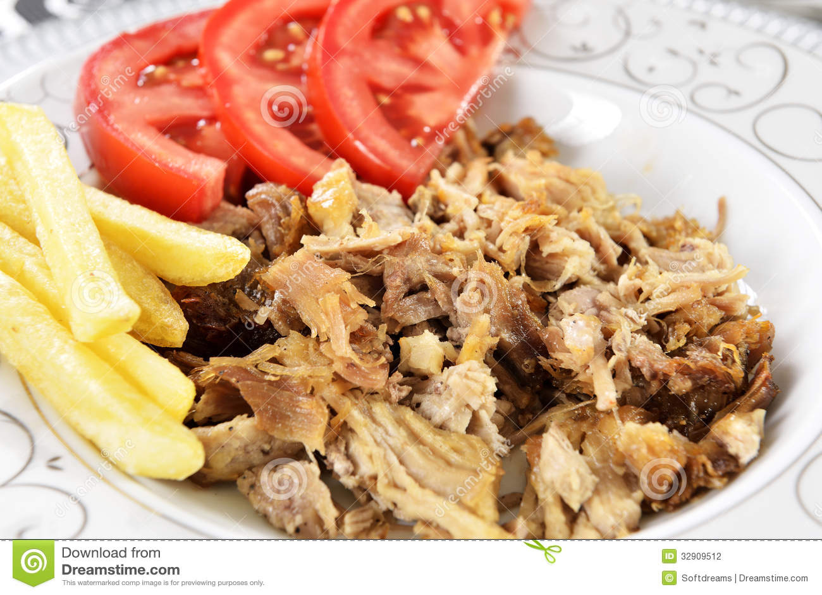 Chiche-kebab turc avec des pommes frites et des tomates