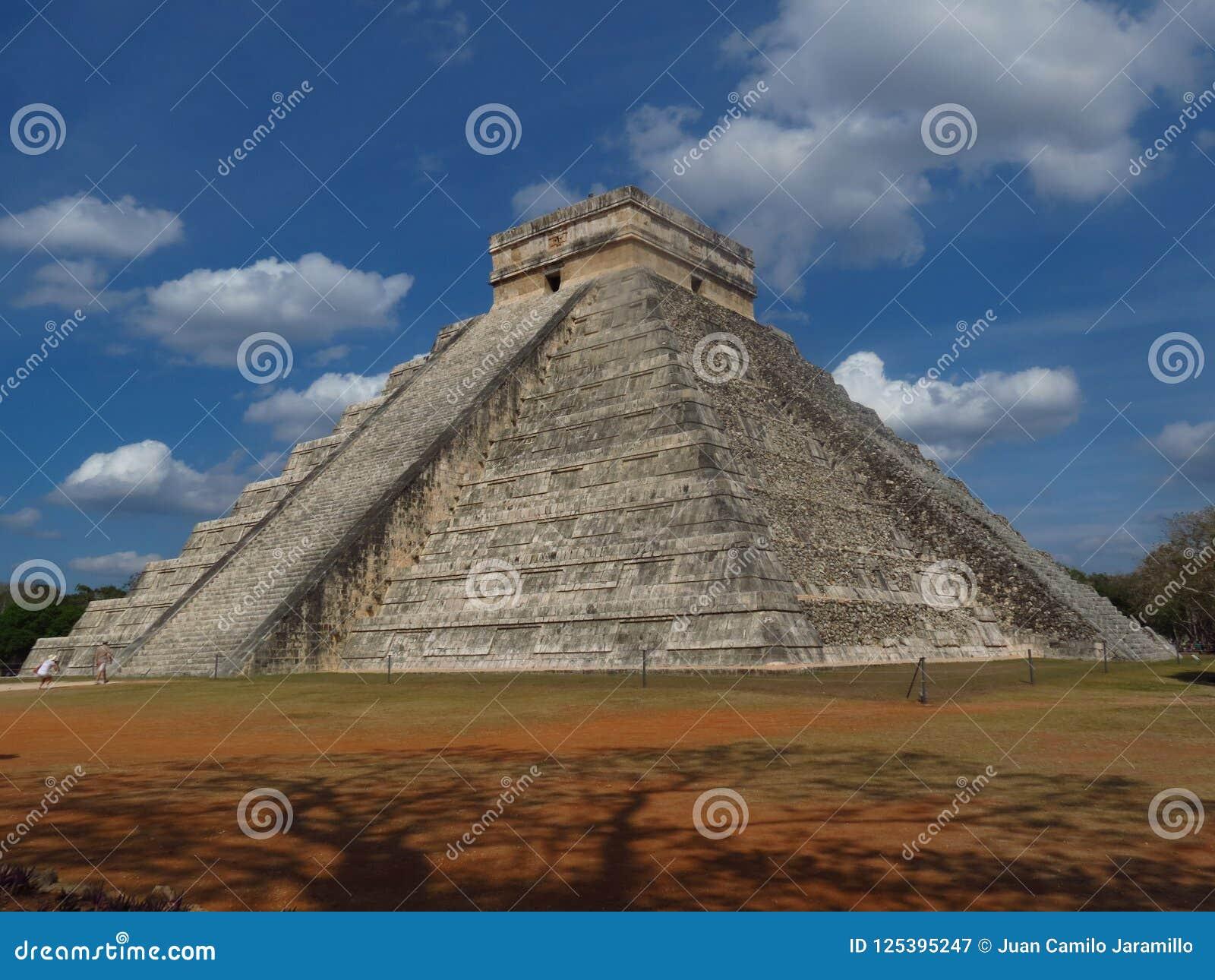Chichen Itza, Mexico; 16 april 2015: Mensen die de oude gebouwen van maya cultuur zoals de piramide bezoeken, jaguartempel, plane