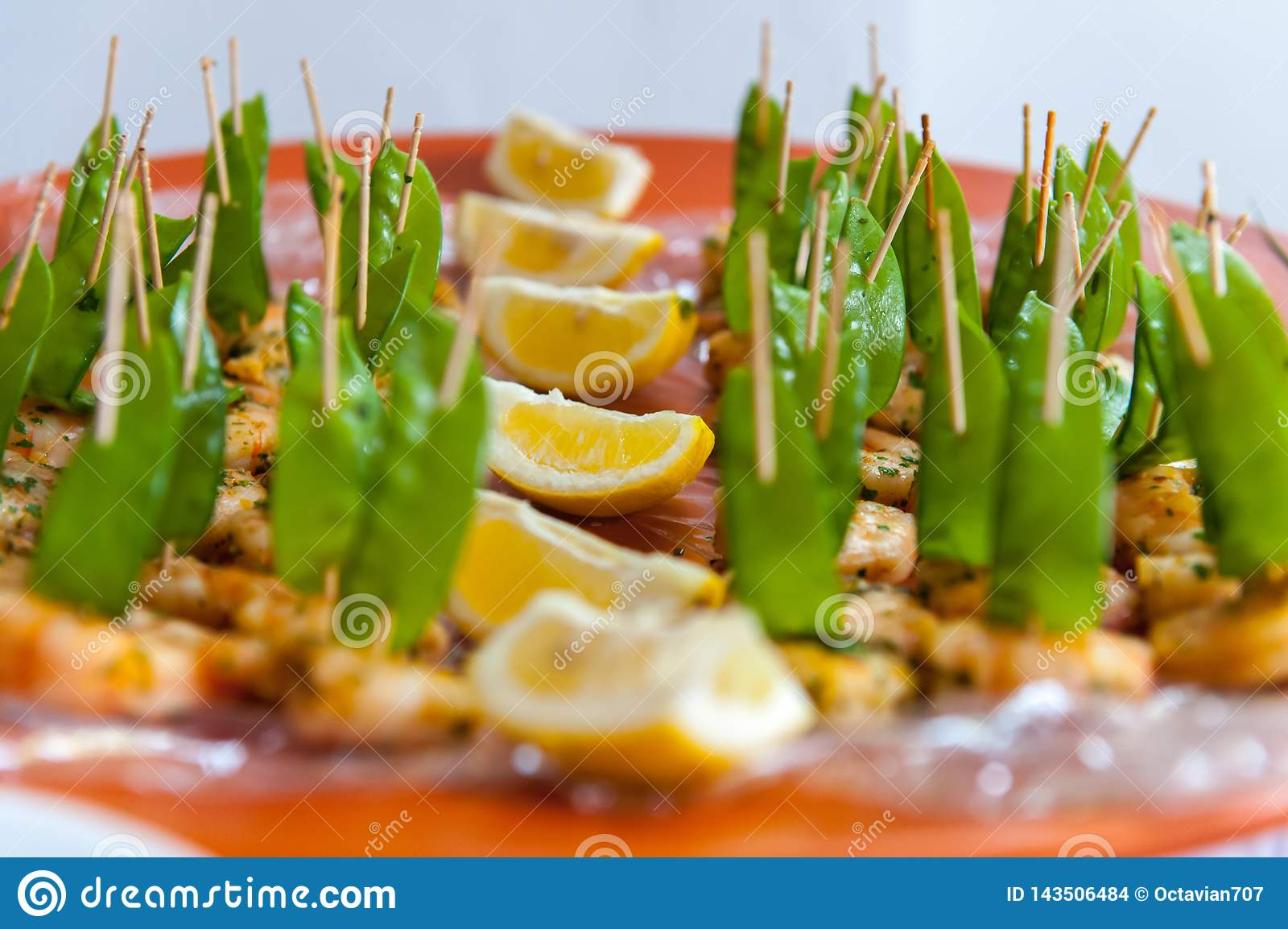 Chicken skewers with green beans and lemon