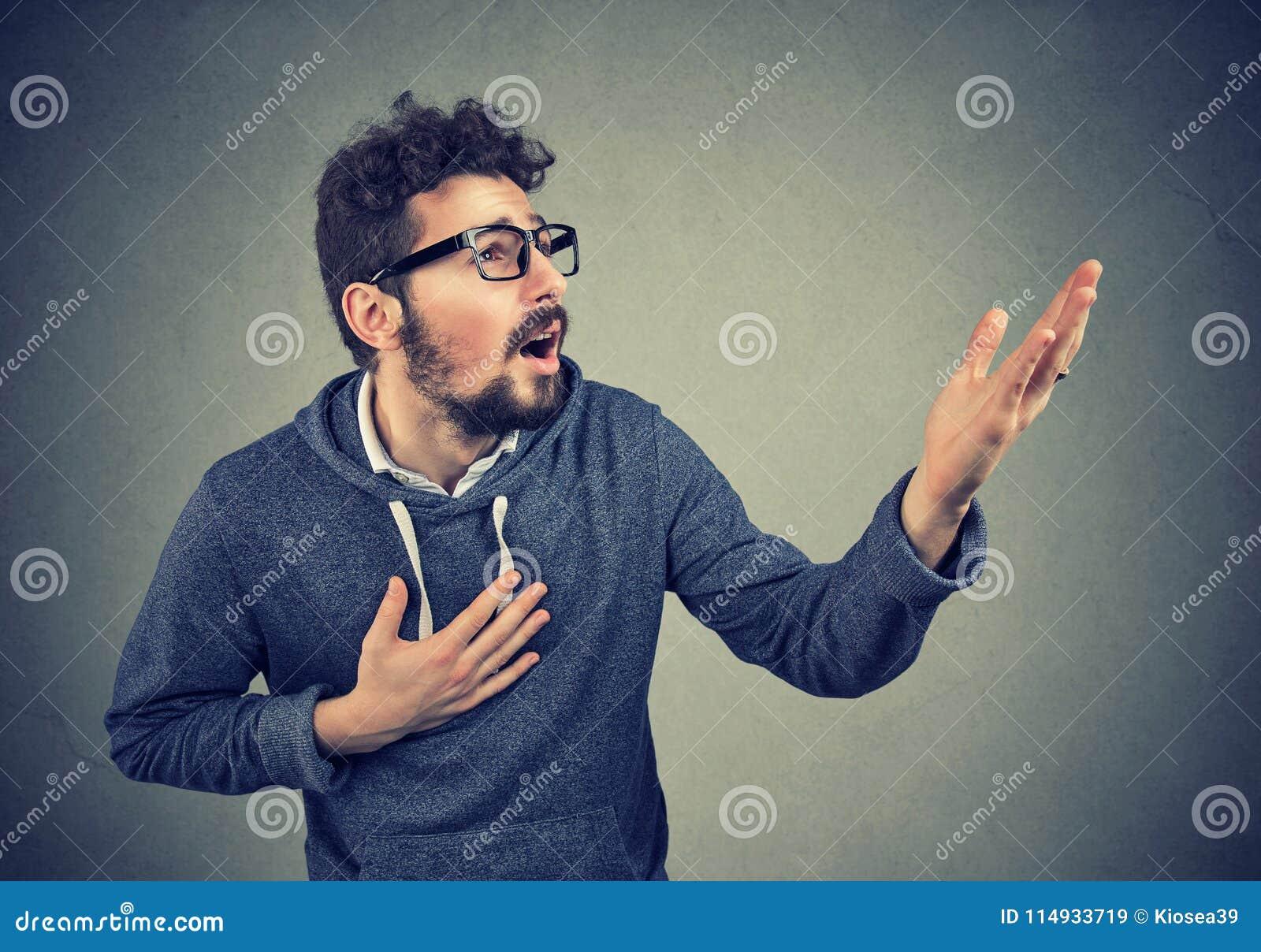 Chiedere di grido dell uomo disperato il perdono di aiuto