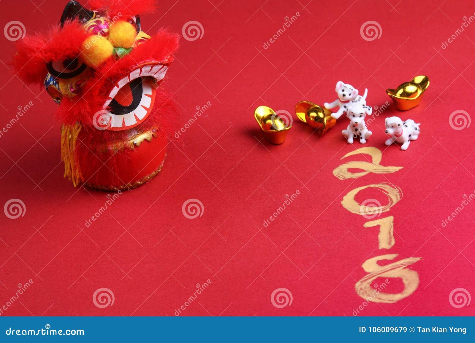 Chiens miniatures avec les décorations chinoises de nouvelle année
