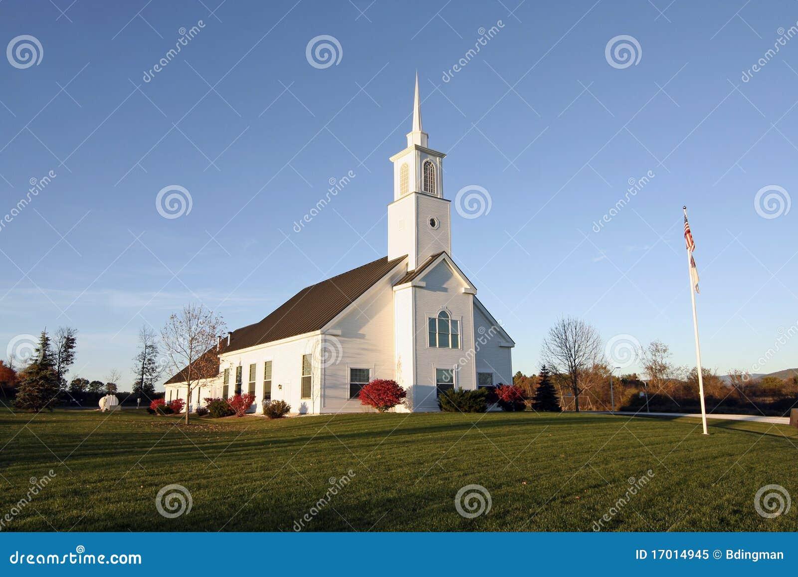 chiesa della nuova inghilterra in autunno fotografia stock