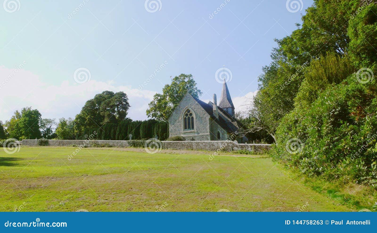 Chiesa e cielo blu della campagna