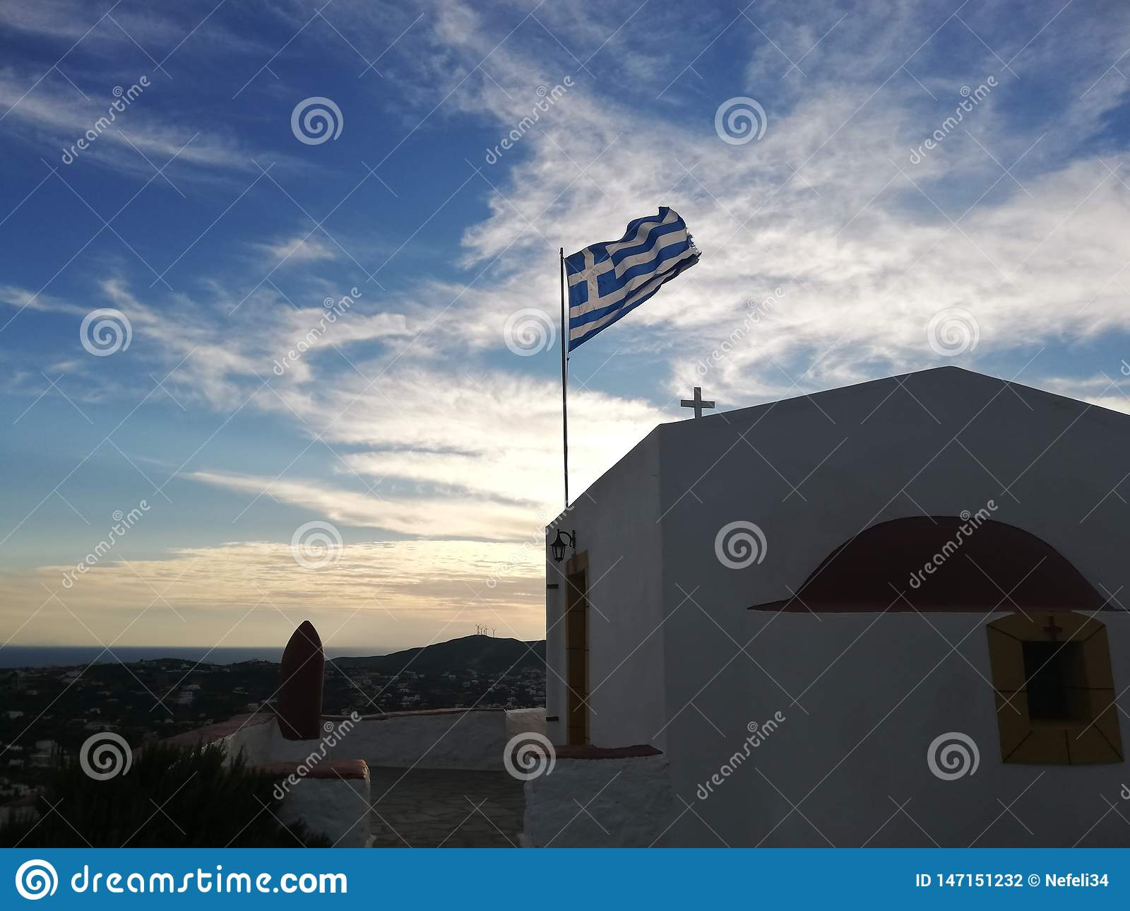 Chiesa greca e bandiera con il cielo