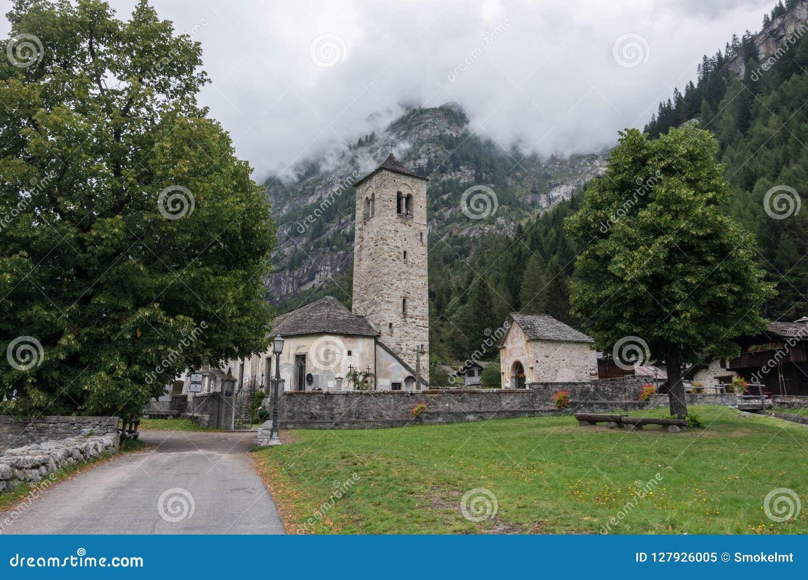 Chiesa Vecchia Pequeña iglesia Románica del pueblo en Staffa, Ðœacu