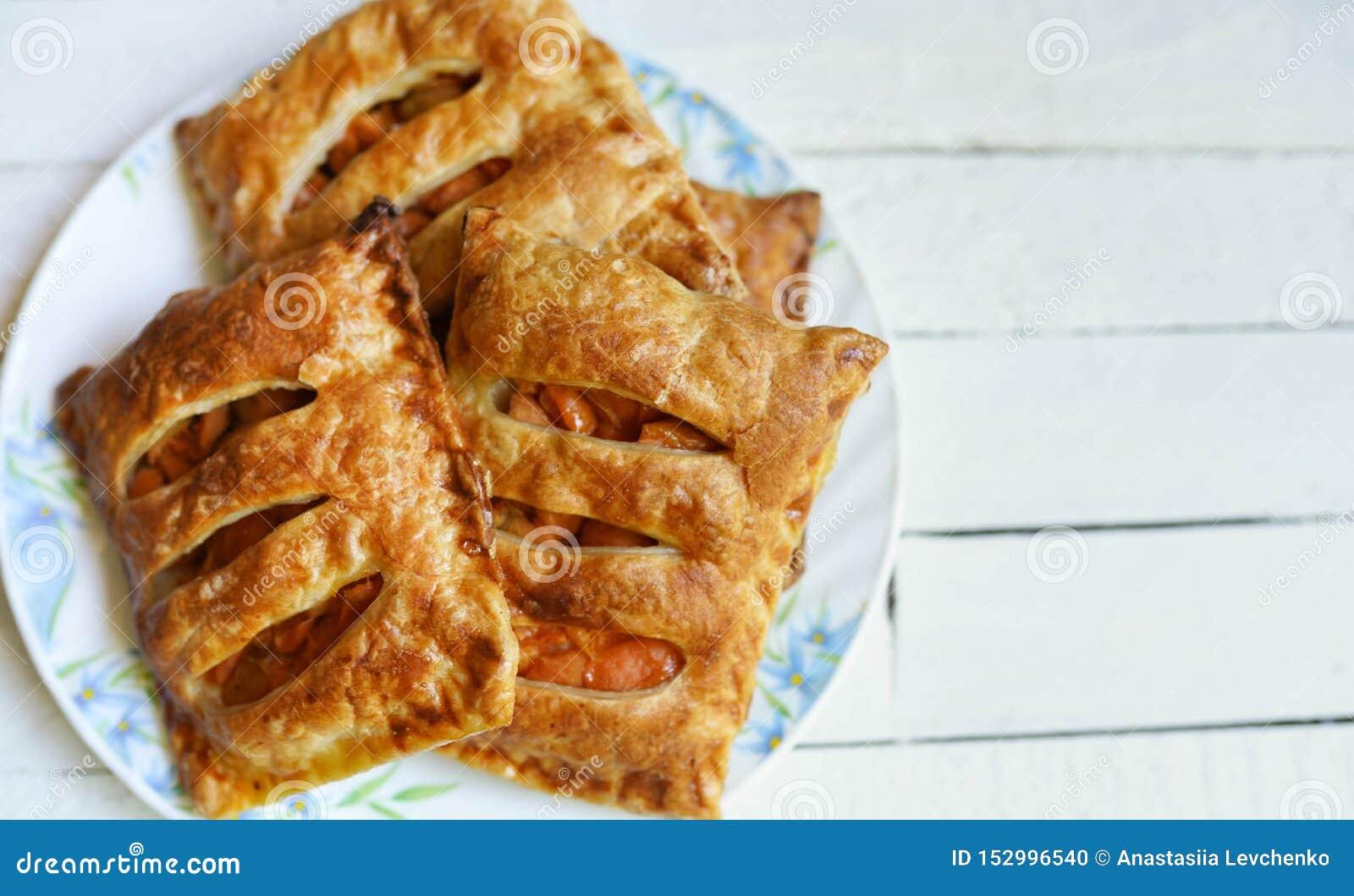 Chiffres d affaires de pâtisserie de pomme de pâte feuilletée pour le dessert sur une table en bois blanche avec l espace de copi