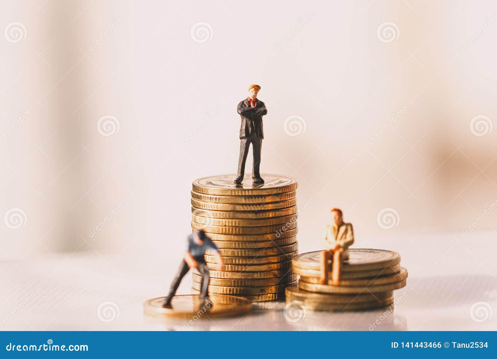 Chiffres de petit homme d affaires se tenant et économie d argent Concept d investissement